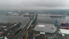Voo para Walt Whitman Bridge Philadelphia no dia tormentoso video estoque