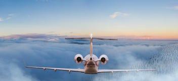 Voo privado pequeno do jetplane acima das nuvens bonitas imagem de stock