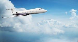 Voo privado pequeno do jetplane acima das nuvens bonitas fotos de stock royalty free