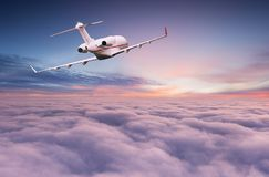Voo privado pequeno do jetplane acima das nuvens bonitas foto de stock