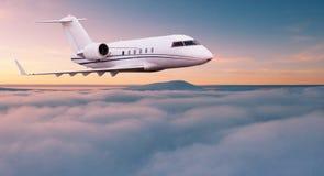 Voo privado pequeno do jetplane acima das nuvens bonitas fotografia de stock royalty free