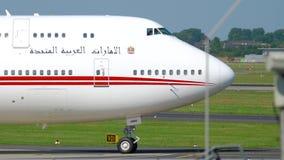 Voo real Boeing 747 de Emiratos Árabes Unidos que taxiing filme