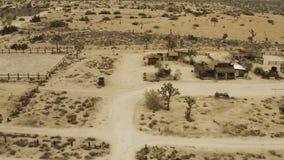 Voo sobre árvores e casas no deserto vídeos de arquivo