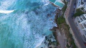 Voo sobre as associações da rocha na praia de Bondi video estoque