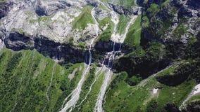 Voo sobre as montanhas de Altai Aturdindo a opinião aérea da cachoeira Fluxos da cachoeira no rio vídeos de arquivo