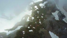 Voo sobre as montanhas nas nuvens Opinião aérea das montanhas do zangão Tiro aéreo vídeos de arquivo