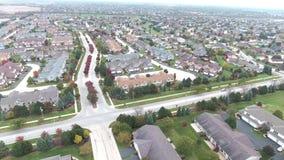 Voo sobre casas e jardas residenciais ao longo da rua suburbana video estoque