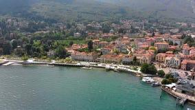 Voo sobre a cidade no banco do lago Maggiore video estoque