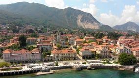 Voo sobre a cidade no banco do lago Maggiore vídeos de arquivo