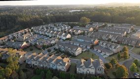 Voo sobre condomínios e construções novos em Atlanta suburbana durante o por do sol video estoque