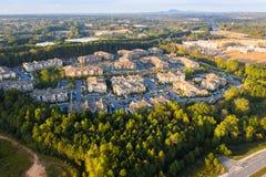 Voo sobre condomínios e construções novos em Atlanta suburbana durante o por do sol fotografia de stock royalty free