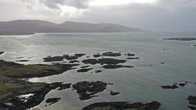 Voo sobre a costa irlandesa bonita por Rossbeg, Ardara - condado Donegal, Irlanda vídeos de arquivo