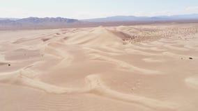 Voo sobre dunas de areia no deserto filme