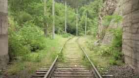 Voo sobre a estrada de ferro no túnel vídeos de arquivo