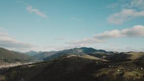 Voo sobre a floresta bonita da montanha em montanhas Carpathian no outono os povos na montanha estão apreciando um ensolarado video estoque
