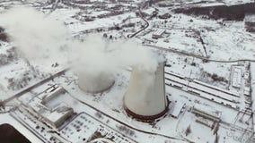 Voo sobre a grande planta da tubulação para a produção de antena da energia térmica Acercamento aéreo excitante da fábrica vídeos de arquivo