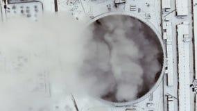 Voo sobre a grande planta da tubulação para a produção de antena da energia térmica Acercamento aéreo excitante da fábrica filme