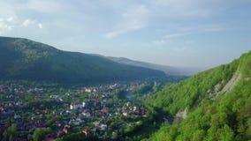 Voo sobre a montanha bonita de Carpathians do ucraniano e a floresta conífera que negligenciam o verde luxúria bonito vídeos de arquivo