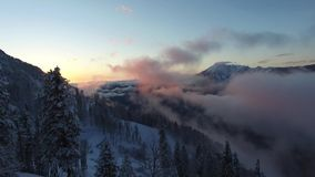 Voo sobre a montanha da neve em Sochi filme