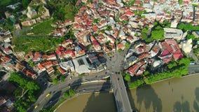 Voo sobre o centro da cidade de Tbilisi Tbilisi é a capital e a cidade a maior de Geórgia Silhueta do homem de negócio Cowering video estoque