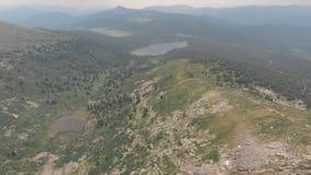 Voo sobre o desfiladeiro da montanha perto da fuga do turista no parque natural Siberian Ergaki Tiro do zangão filme