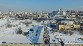 Voo sobre o elemento da ponte voo sobre o rio congelado Cais da cidade video estoque