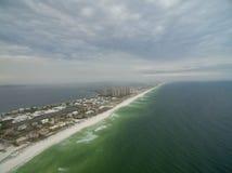 Voo sobre o Golfo do México em Pensacola, Florida Paisagem Água e praia no fundo Resort da ilha de Portofino Imagens de Stock