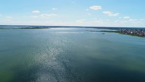 Voo sobre o lago no tempo nebuloso vídeos de arquivo