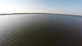 Voo sobre o lago reservado vídeos de arquivo