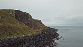 Voo sobre o litoral de Skye noroeste por Kilmuir - Escócia vídeos de arquivo