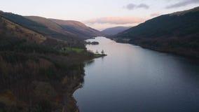 Voo sobre o Loch Voil em Loch Lomond & no parque nacional de Trossachs em Escócia filme