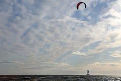 Voo sobre o mar em um paraglider Imagem de Stock Royalty Free