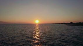 Voo sobre o mar para o sol que vai para baixo video estoque