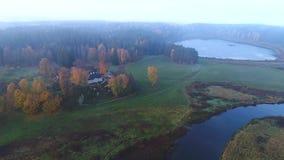 Voo sobre o Mikhailovskoe, vídeo aéreo da manhã de outubro Montanhas de Pushkin, Rússia filme