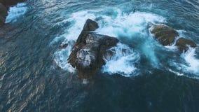 Voo sobre o penhasco no mar Pássaros em uma rocha no mar Ilha com os pássaros no oceano filme