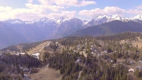 Voo sobre o planina bonito de Velika completamente do abeto vermelho, de casas pequenas e de montanhas na parte traseira Tiro da  video estoque