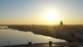 Voo sobre o rio de St Petersburg e de Neva durante o nascer do sol e a catedral de Isaac de Saint em um horizonte video estoque