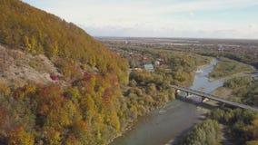 Voo sobre o rio e montanhas Carpathian vídeos de arquivo