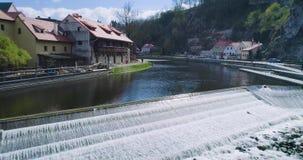 Voo sobre o rio em Cesky Krumlov Vista aérea bonita vídeos de arquivo