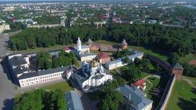 Voo sobre o St Sophia Cathedral O Kremlin de Veliky Novgorod, Rússia filme