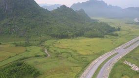 Voo sobre o vale aos montes cobertos com a floresta tropical filme