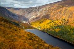 Voo sobre os lagos em Glendalough nas montanhas de Wicklow da Irlanda fotos de stock