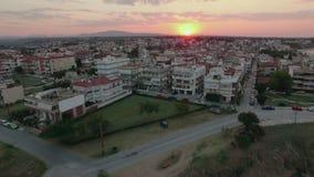 Voo sobre os telhados do cais e da casa no por do sol Nea Kallikratia, Grécia video estoque