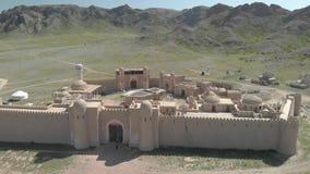 Voo sobre os telhados do castelo dos nómadas vídeos de arquivo