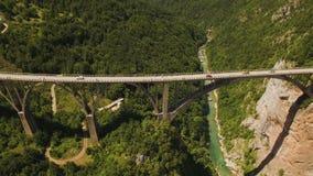 Voo sobre a ponte de Djurdjevica através de Tara River Canyon montenegro vídeos de arquivo