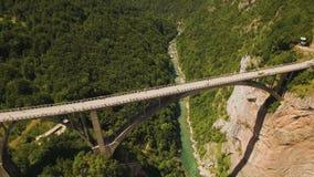 Voo sobre a ponte de Djurdjevica através de Tara River Canyon montenegro filme