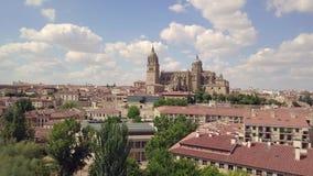 Voo sobre a ponte e o rio que dirigem a catedral de Salamanca, Espanha video estoque