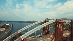 Voo sobre a ponte maciça dentro sob a construção video estoque