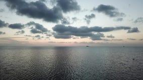 Voo sobre a superfície da água do golfo de Sião video estoque