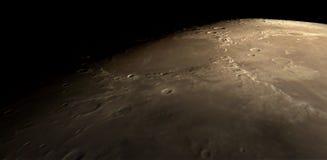 Voo sobre a superfície lunar foto de stock royalty free